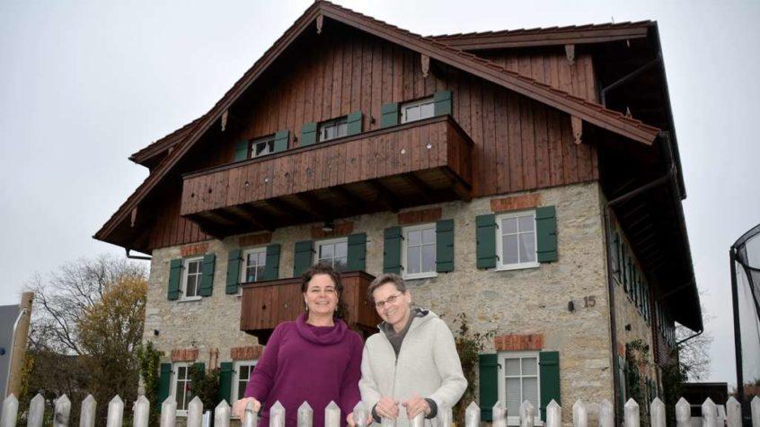 Maren Halle-Krahl und Karin Kendlinger wohnen mit 14 Sozialwaisenkindern im Rosenhof und im Kerbhaus des Albert-Schweitzer-Familienwerks