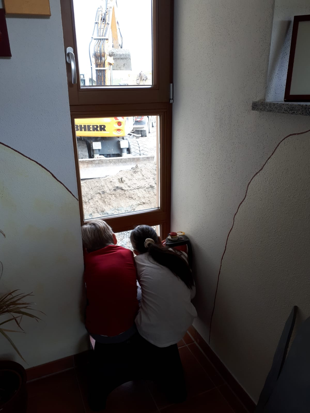 Kinder schauen dem Bau am Kerbhaus zu