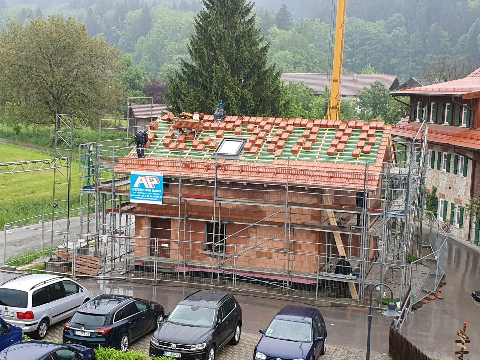 Dach decken am Kerbhaus